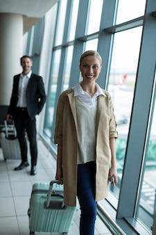 空港で荷物を持っているビジネスマン