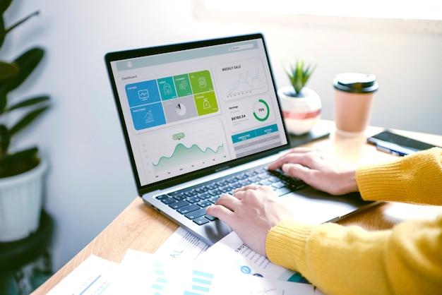 Uomini d'affari che lavorano in finanza e contabilità analizzare financi