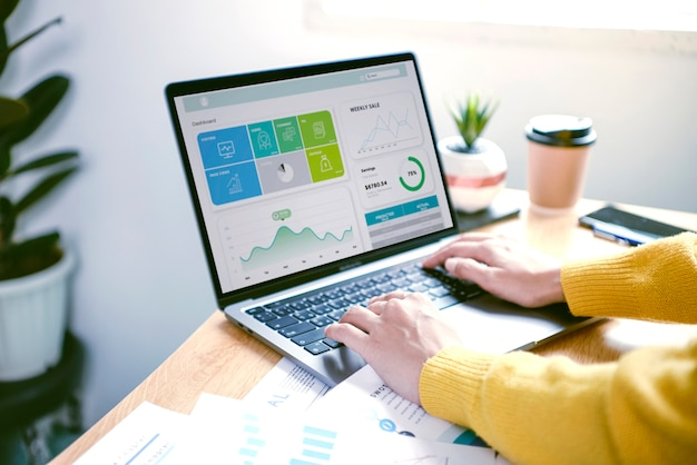 Бизнесмены, работающие в сфере финансов и бухгалтерского учета analyze financi