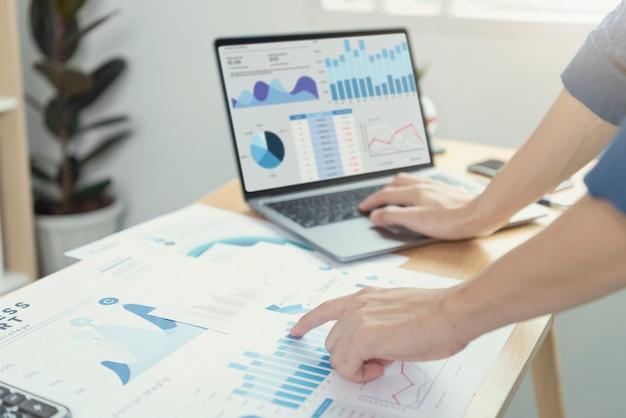 재무 및 회계 분야에서 일하는 사업가들은 재무 그래프 예산을 분석하고 사무실에서 미래를 계획합니다.