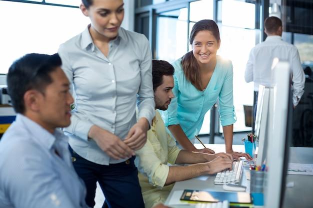 Бизнесмены, работающие на персональном компьютере