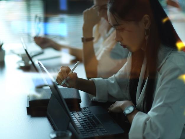 Бизнесмены, работающие с канцелярскими принадлежностями в конференц-зале