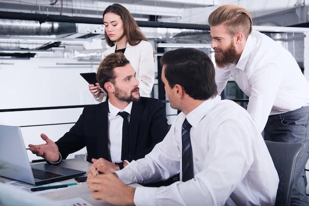 インターネットネットワークに接続された現代のオフィスのビジネスマン。パートナーシップとチームワークの概念