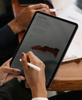 디지털 태블릿에 메모를 하는 사업가
