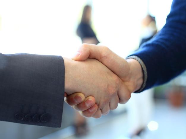 ビジネスとオフィスのコンセプト-オフィスで握手する2人のビジネスマン