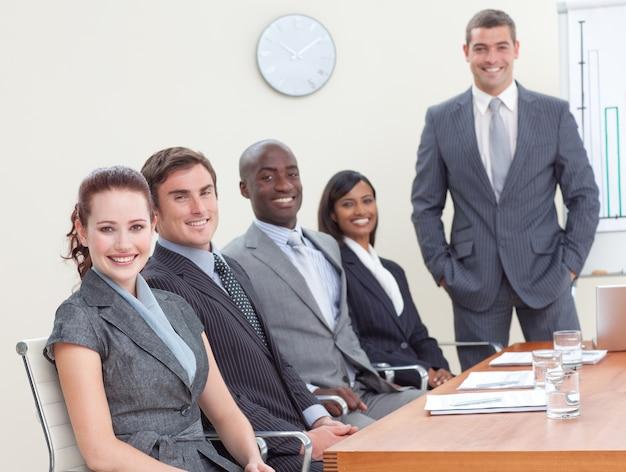 利益と税金を分析する会議のbusinessteam