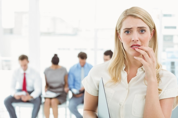 インタビューを待っている人に対するビジネスマン