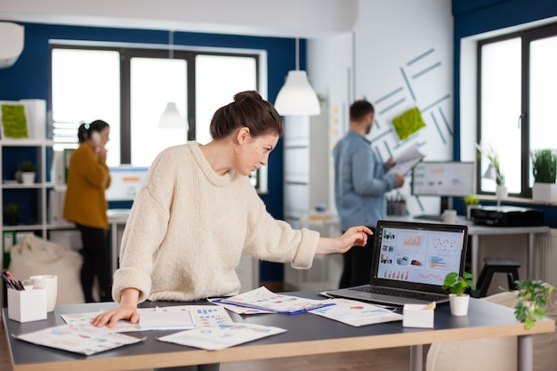 사업가 시작 사무실에서 금융 통계 서 분석