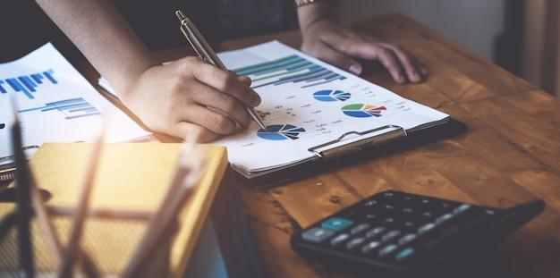 사업가 및 회계사 부패 계정 조사를 위해 디지털 태블릿에서 데이터 문서를 확인합니다.