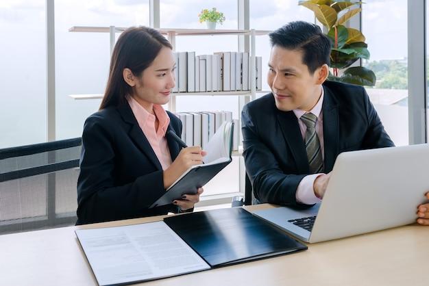 Бизнесмен и деловой человек в офисе