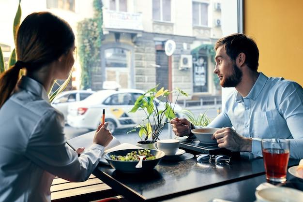 カフェのテーブルで昼食をとっている実業家と実業家