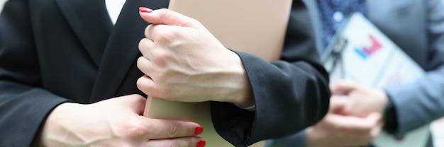 Деловая женщина и бизнесмен, держа в руках документацию