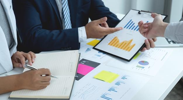 사업 소득을 높이기위한 전략을 계획하기위한 사업가 및 사업가 팀 회의