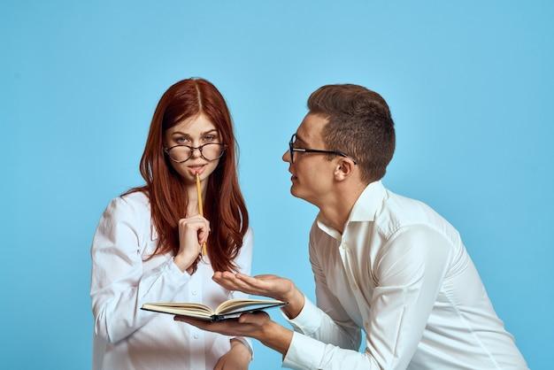 Деловая женщина и коллега в легкой одежде с документами в руках