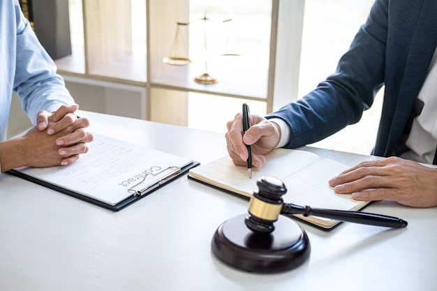実業家と男性の弁護士または裁判官が相談し、事務所の法律事務所でクライアントとチームミーティングを行う会議、法律および法律サービスの概念。