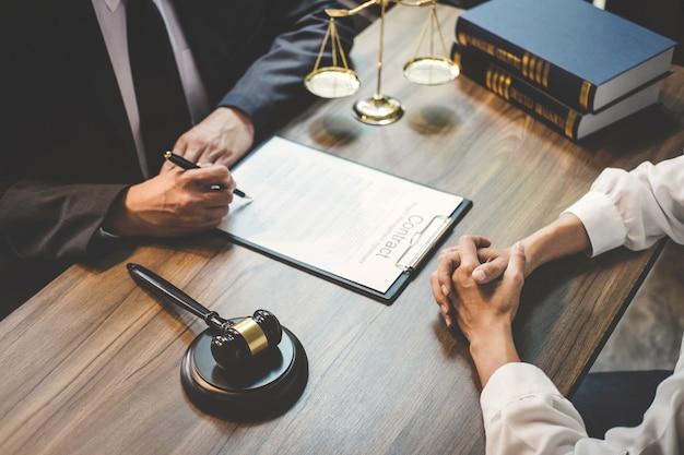Бизнес-леди и юрист или судья мужского пола консультируются после встречи с клиентом