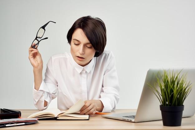 Деловая женщина за столом, секретарь исполнительной студии, образ жизни