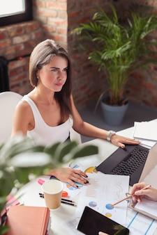 オフィスの女性実業家