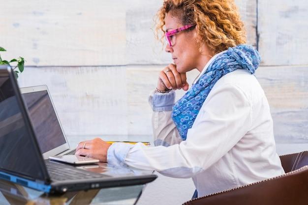 Деловая женщина на работе на рабочем месте в помещении дома