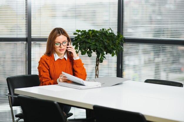 電話で話している職場の実業家