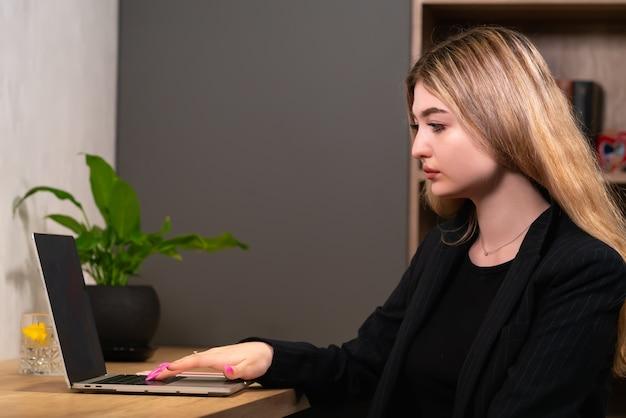 Деловая женщина, просматривающая интернет на портативном компьютере