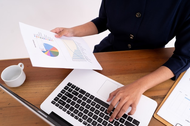 彼女のビジネスの利益を計算し、ラップトップに取り組んでいる実業家