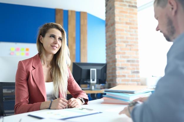 実業家は、オフィスで男とのインタビューを行っています。就職の面接の概念を渡す方法