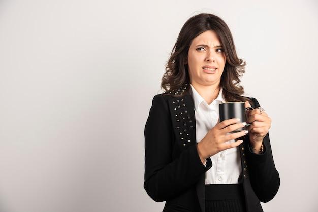 Donna d'affari disturbata per qualcosa su bianco