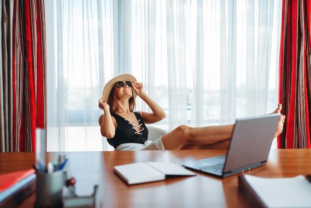 Деловая женщина мечтает об отпуске в офисе