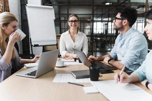 専門家会議中の実業家