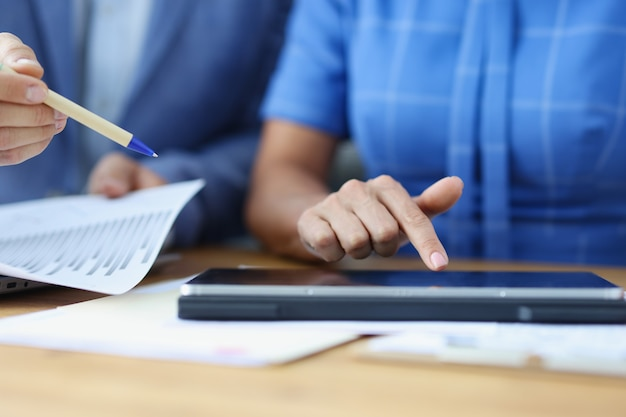 태블릿에서 마케팅 전략을 설명하거나 회사의 경제 성장을 계획하는 사업가