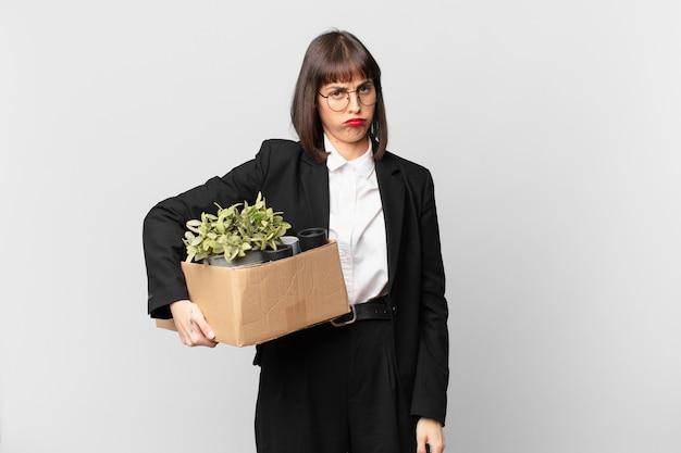 여성 사업가는 슬프거나 화나거나 화를 내며 부정적인 태도로 옆을 바라보며 의견 불일치에 눈살을 찌푸립니다.