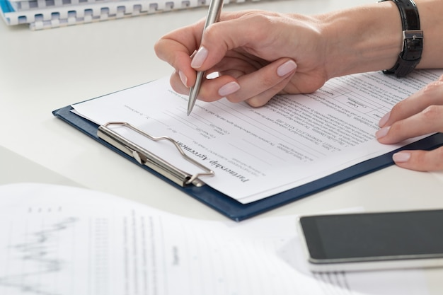 パートナーシップ契約書に記入する実業家