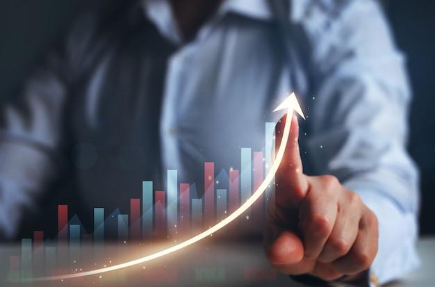 Деловая женщина показывает пальцем стрелку график развитие бизнеса к успеху и плану роста