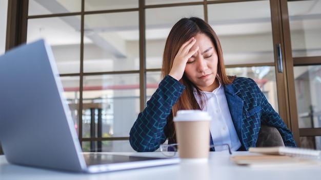 実業家はオフィスでの仕事で問題を抱えている間ストレスを感じる