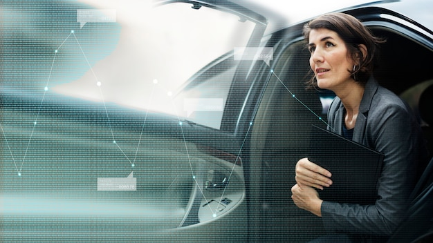Деловая женщина выходит из машины
