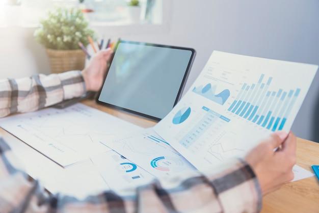 Mani della donna di affari facendo uso della compressa con lo schermo in bianco. mock-up del monitor del tablet del computer. copyspace pronto per il design o il testo.