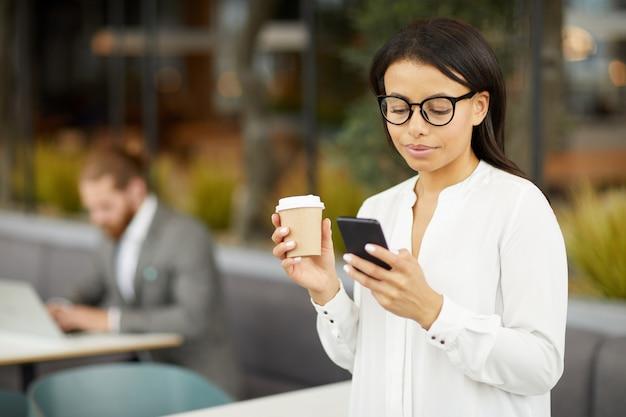 Предприниматель имеет перерыв на кофе