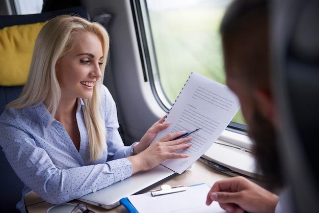 La donna di affari ha riunione durante il viaggio