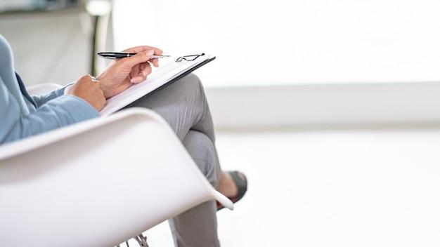 Деловая женщина, держащая личный ноутбук