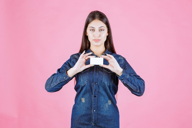 Деловая женщина, держащая визитную карточку обеими руками