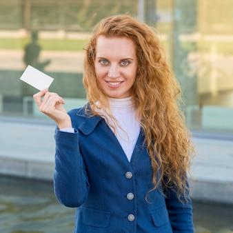 Imprenditrice in possesso di un colpo medio di biglietto da visita