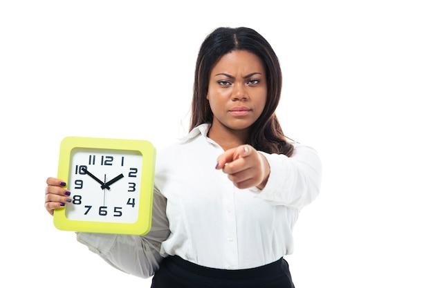 時計を保持し、カメラを指して実業家