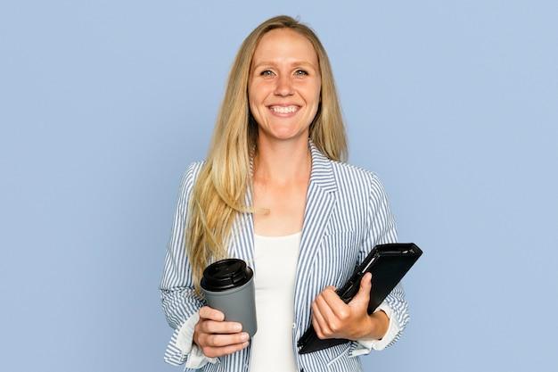 コーヒーカップを保持している実業家