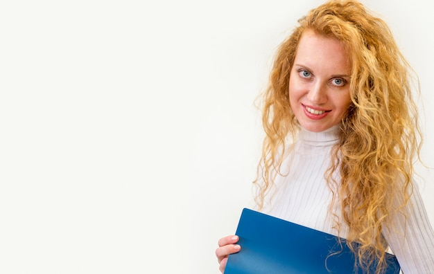Деловая женщина, держащая папку для документов с копией пространства
