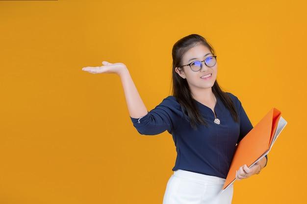 オレンジ色のファイルを保持している実業家