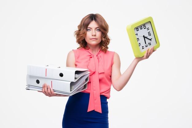 フォルダと時計を保持している実業家