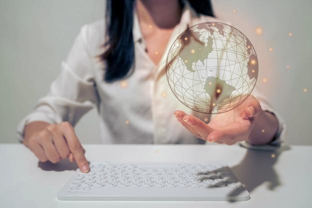 Предприниматель, держа в руке с концепцией глобальной связи.