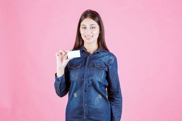 Imprenditrice tenendo e presentando il suo nuovo biglietto da visita