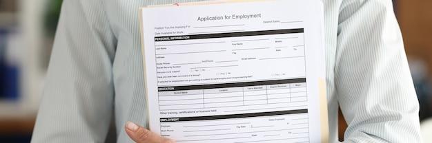 Деловая женщина держит в руках документ о приеме на работу